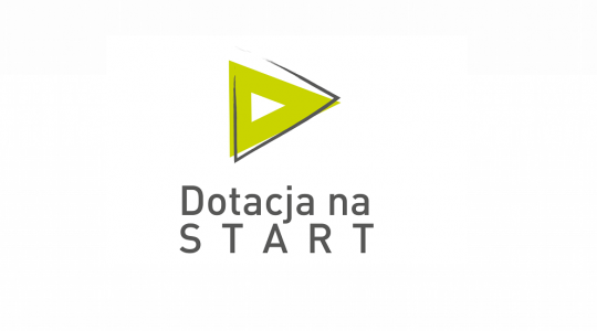 logotyp projektu zielony trójkąt z nałożonym niedomkniętym szarym konturem trójkąta, poniżej napis Dotacja na start!